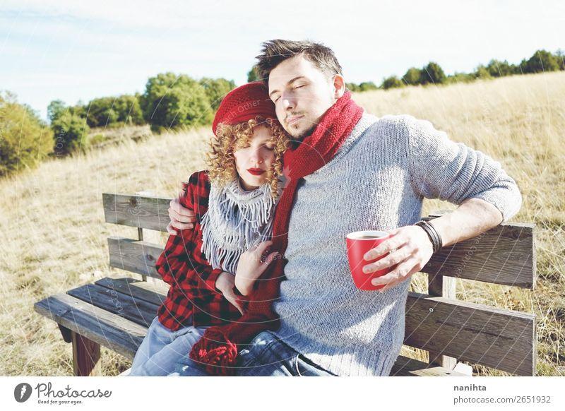 Ein paar glückliche junge Leute, die verliebt sind. Kaffee Tee Lifestyle Freude Glück Wellness Leben Erholung ruhig Sonnenbad Mensch maskulin feminin Frau
