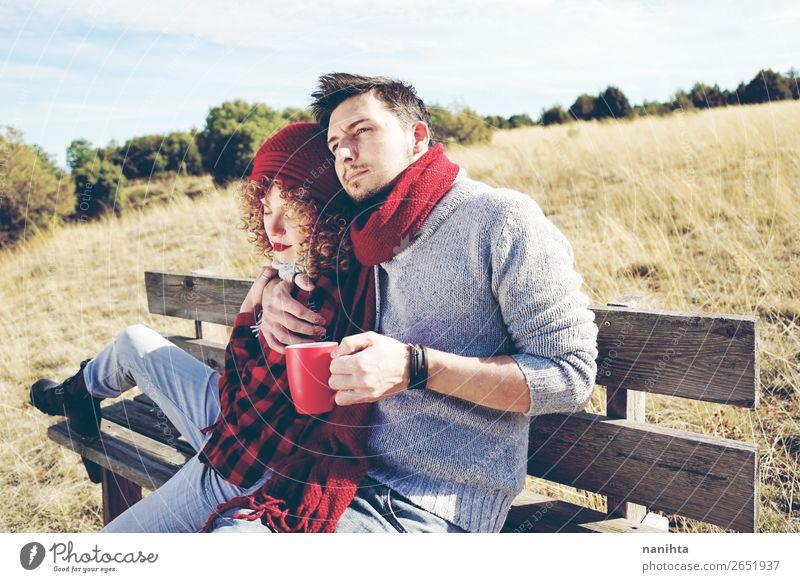 Ein paar glückliche junge Leute, die verliebt sind. Kaffee Tee Lifestyle Glück Leben Erholung ruhig Sonnenbad Mensch maskulin feminin Frau Erwachsene Mann