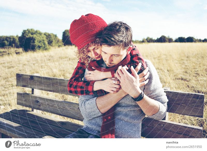 Ein paar glückliche junge Leute, die verliebt sind. Lifestyle Glück Leben Erholung ruhig Sonnenbad Mensch Frau Erwachsene Mann Paar Partner Herbst Holz genießen