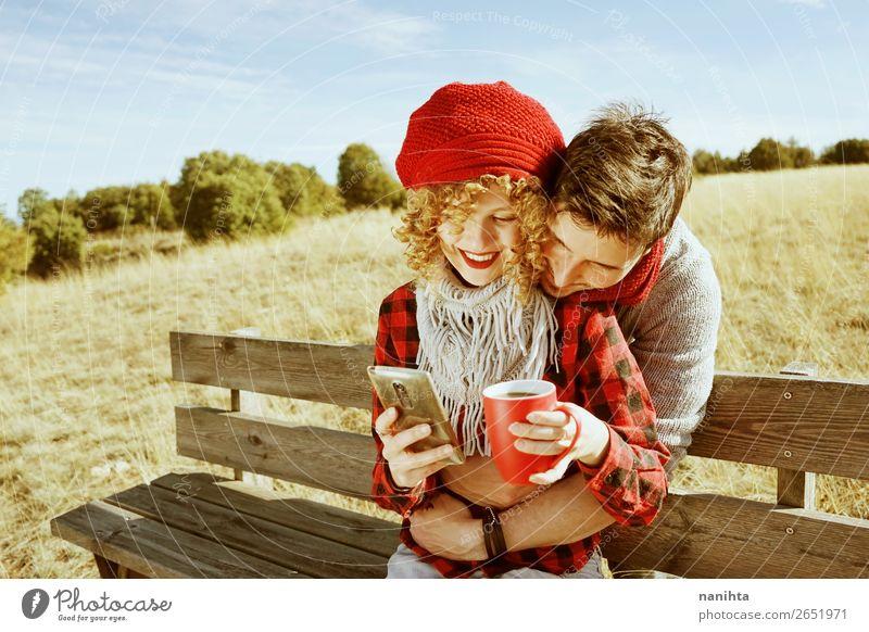 Ein paar glückliche junge Millennials, die verliebt sind. Kaffee Tee Lifestyle Glück Wellness Leben Erholung ruhig Freizeit & Hobby Ferien & Urlaub & Reisen
