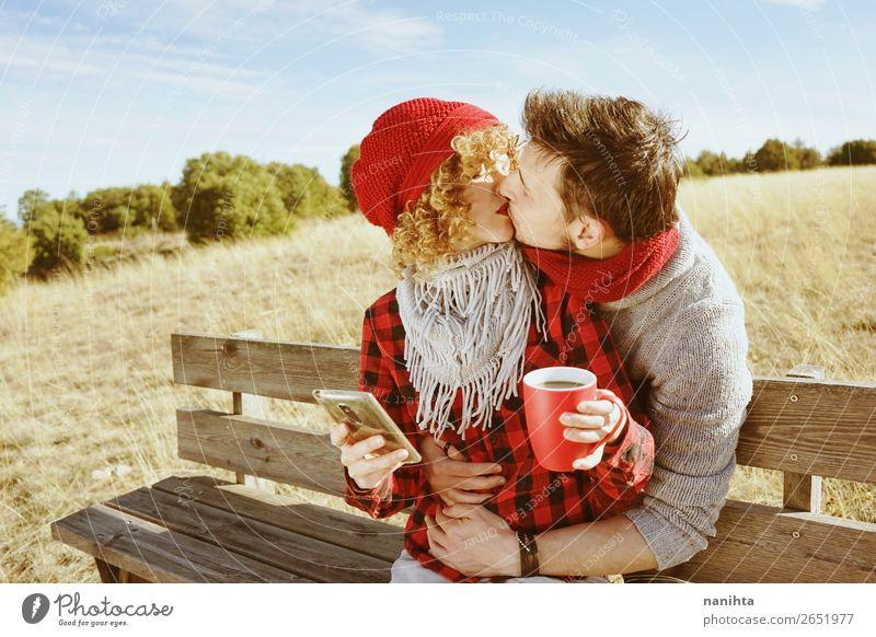 Ein junges Paar in der Liebe küsst sich. Kaffee Tee Lifestyle Glück Leben Erholung ruhig Sonnenbad PDA Mensch maskulin feminin Frau Erwachsene Mann 2