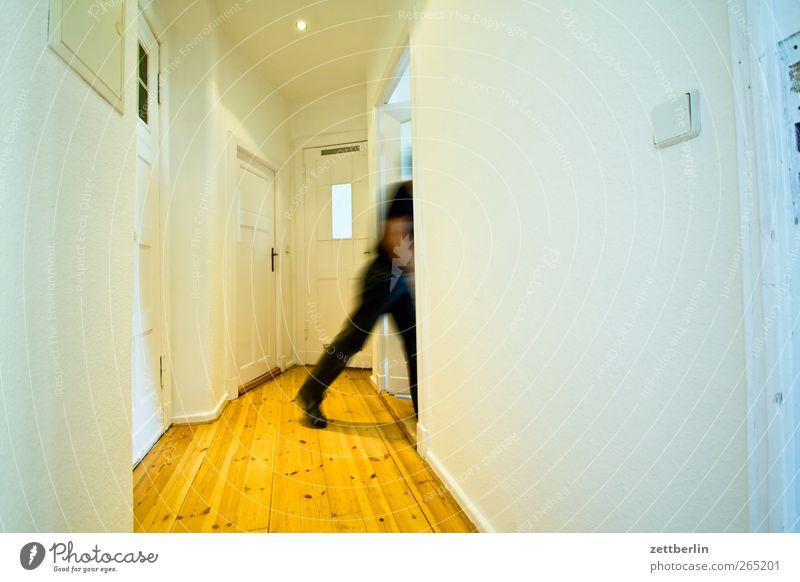 Nach rechts Häusliches Leben Wohnung maskulin Mann Erwachsene 1 Mensch Haus Bauwerk Gebäude Architektur Mauer Wand Tür Holz gehen weiß Altbau boden dielen Flur