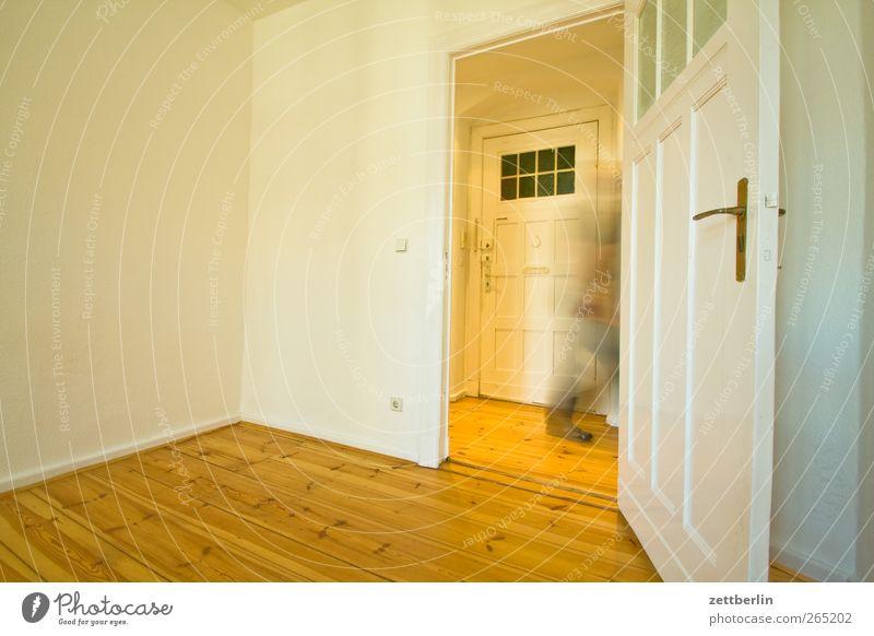 Vorbeigehen Mensch Mann weiß Erwachsene Fenster Wand Architektur Holz Gebäude Mauer Tür Wohnung laufen maskulin Häusliches Leben