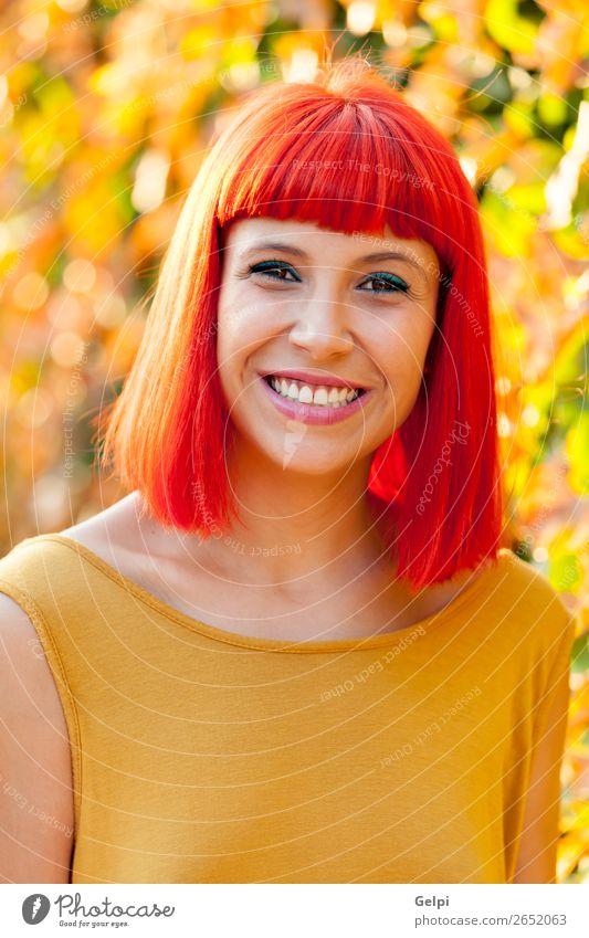 Schöne rothaarige Frau in einem Park. Lifestyle Stil Freude Glück schön Haare & Frisuren Gesicht Wellness ruhig Sommer Mensch Erwachsene Natur Pflanze Mode