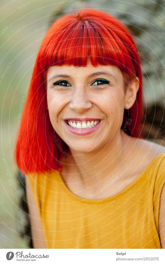 Porträt einer rothaarigen Frau, die sich in einem Park entspannte. Lifestyle Stil Freude Glück schön Haare & Frisuren Gesicht Wellness ruhig Sommer Mensch