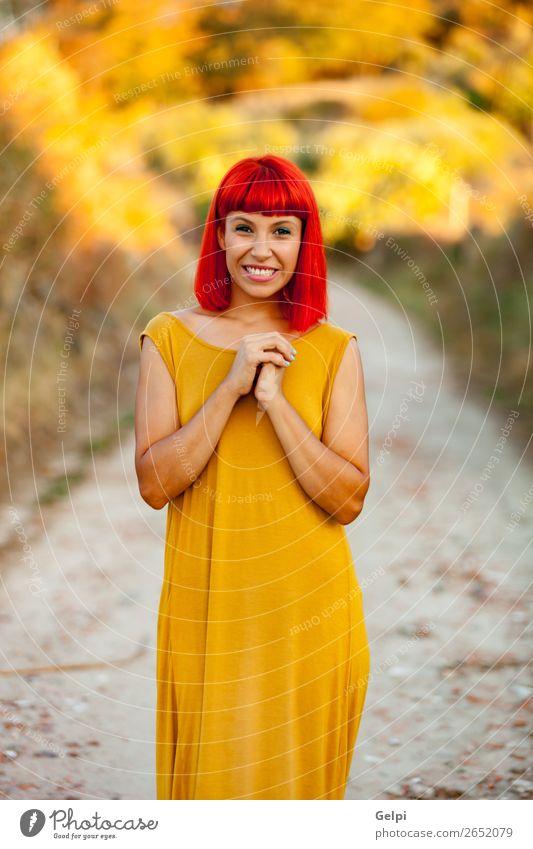 Frau Mensch Sommer Farbe schön weiß rot Erotik ruhig Freude Gesicht Lifestyle Erwachsene gelb Wege & Pfade Glück