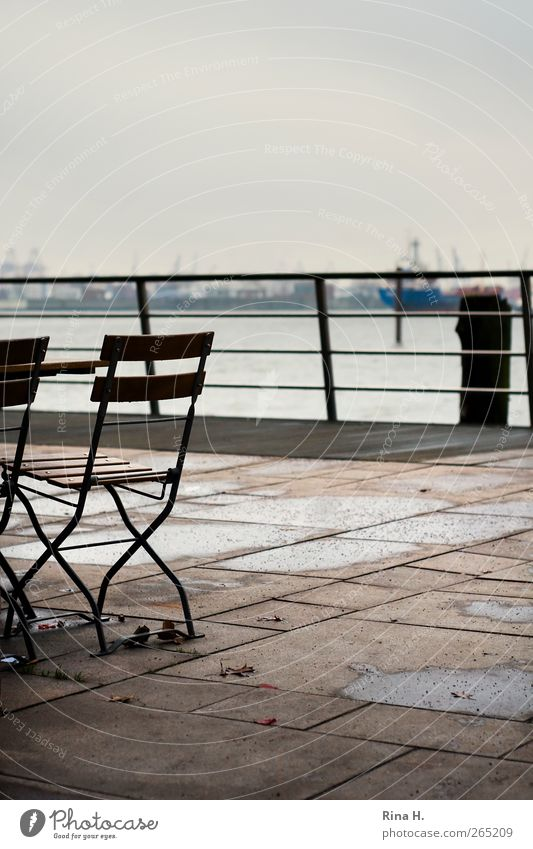 Schiet Wedder Winter schlechtes Wetter Hamburg Hafenstadt Terrasse Schifffahrt Binnenschifffahrt authentisch Gartenstuhl Geländer Gedeckte Farben Außenaufnahme