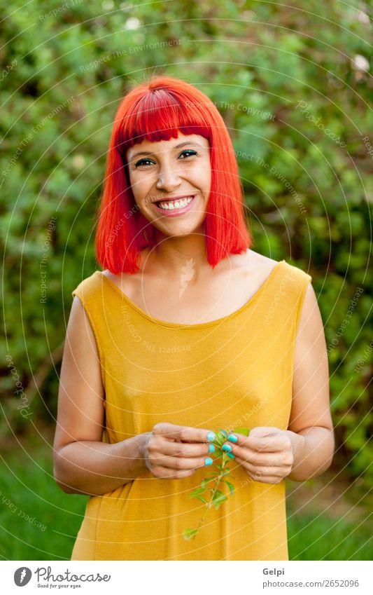 Rothaarige Frau entspannt in einem Park Lifestyle Stil Freude Glück schön Haare & Frisuren Gesicht Wellness ruhig Sommer Mensch Erwachsene Natur Pflanze Mode