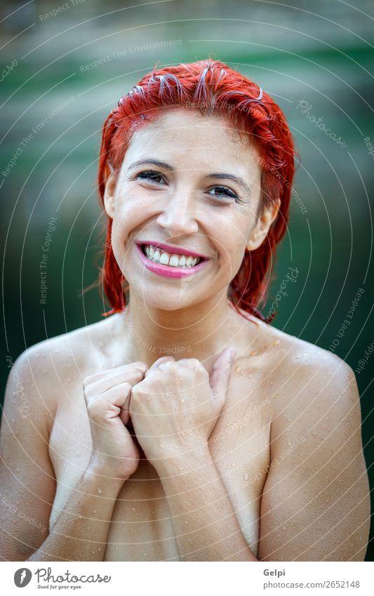 Attraktives rothaariges Mädchen in der Natur. Lifestyle schön Körper Haut Gesicht Ferien & Urlaub & Reisen Freiheit Sommer Sonne Strand Mensch Frau Erwachsene