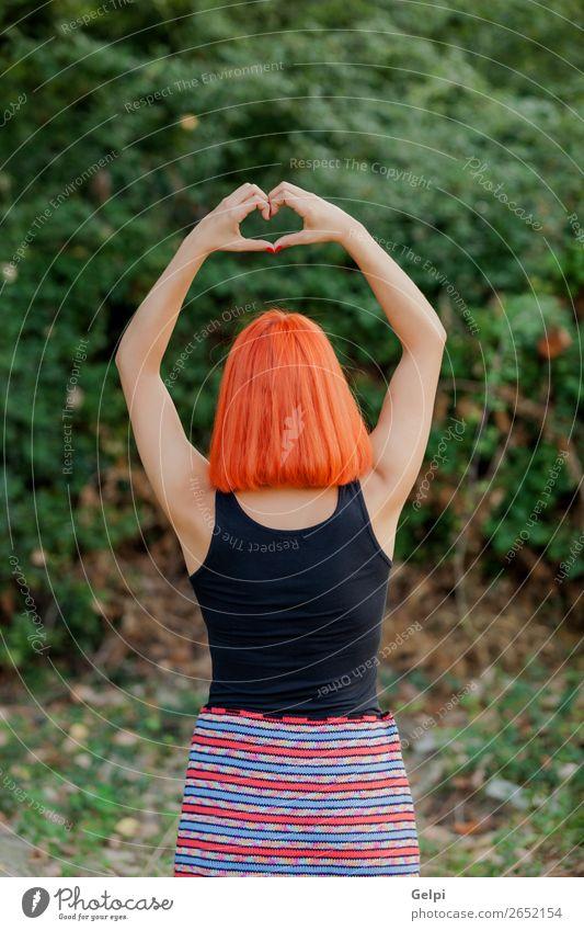 Mädchen, das ein Symbol für Herzform macht. Glück schön harmonisch Freiheit Sommer Valentinstag Mensch Frau Erwachsene Familie & Verwandtschaft Freundschaft