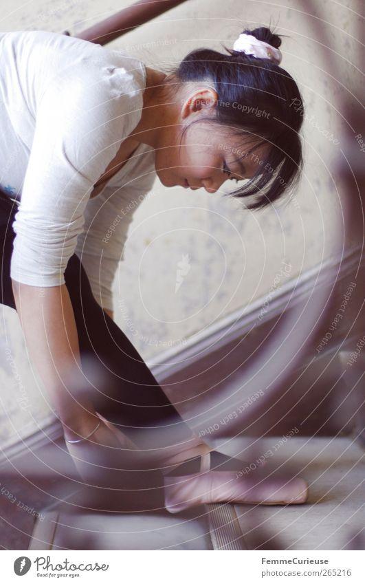 Ballet I. Mensch Frau Jugendliche weiß Erwachsene Bewegung Kopf Beine Fuß Junge Frau rosa Arme Treppe 18-30 Jahre ästhetisch Pause