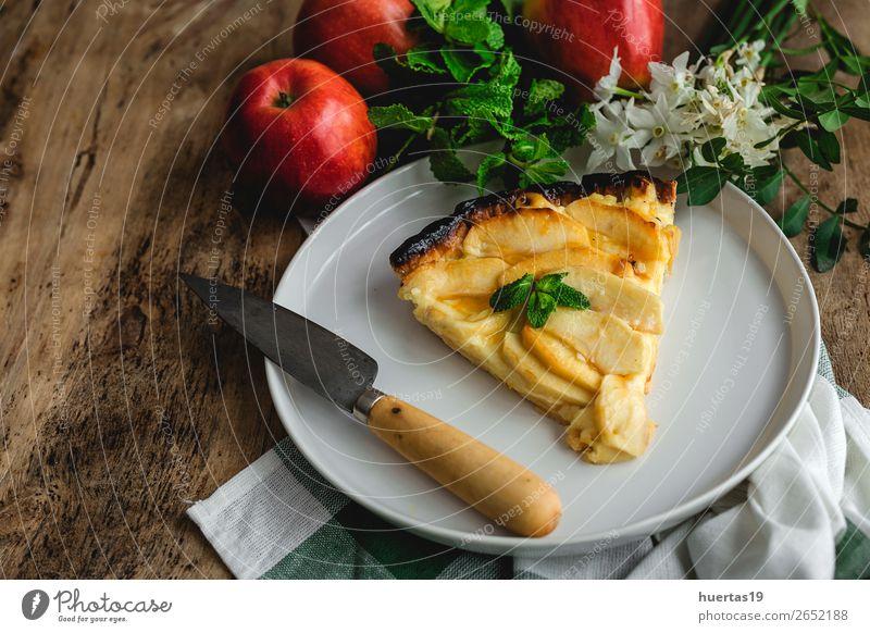 Apfelkuchen mit Zimt und Minze Lebensmittel Frucht Dessert Süßwaren Teller Tisch Blume Coolness lecker Tradition Kuchen gebastelt süß Holz Kruste Hintergrund