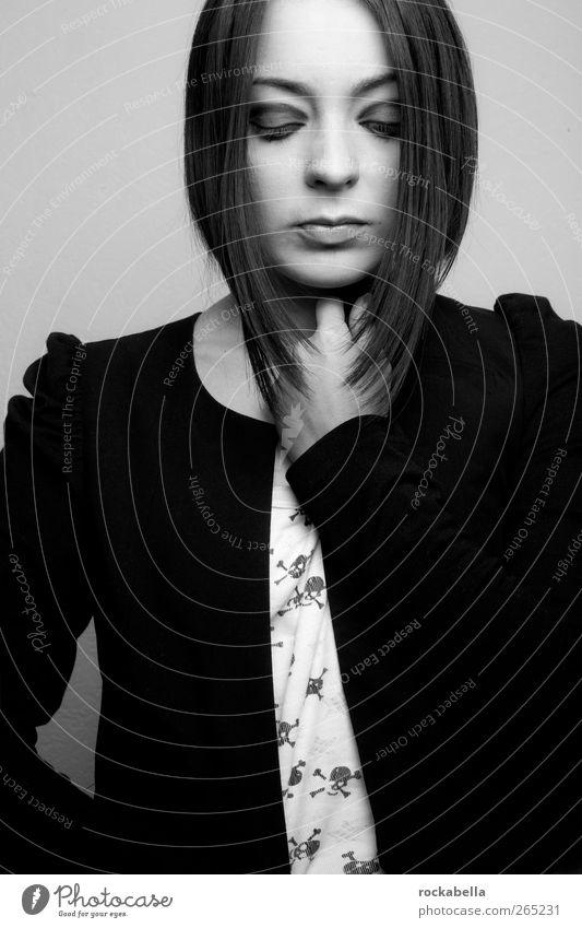 d.sgnr. feminin Junge Frau Jugendliche 1 Mensch 18-30 Jahre Erwachsene Mode Bekleidung schwarzhaarig brünett ästhetisch einzigartig Schwarzweißfoto