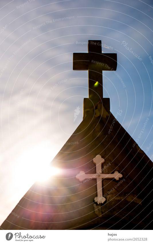 Kreuz einer Kreuzweg Station auf einem Pilgerweg im Gegenlicht Religion & Glaube christian Sonne Strahlen christlich katholisch Symbol Sühne blau Farbfoto
