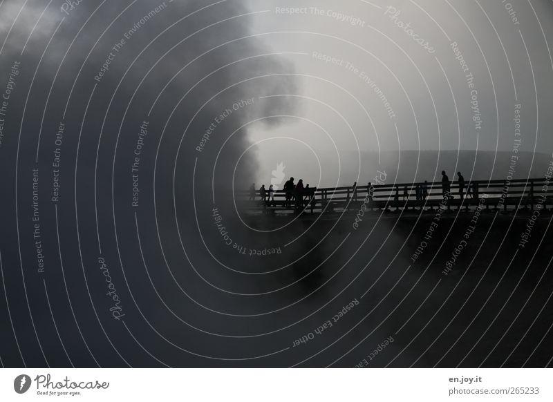 aussichtslos Mensch Natur weiß Ferien & Urlaub & Reisen schwarz Landschaft dunkel Wege & Pfade grau Stimmung Nebel außergewöhnlich Energie Abenteuer Tourismus bedrohlich