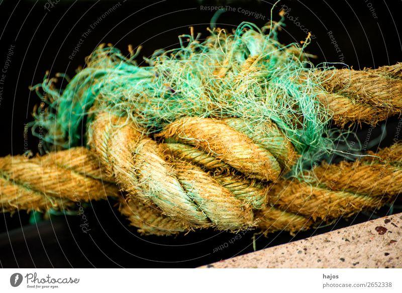 Knoten einer Festmacherleine in einem Hafen Schifffahrt alt maritim gelb Seil Seemannsknoten Tau dick Hanftau Nahaufnahme Leine Farbfoto Außenaufnahme Tag