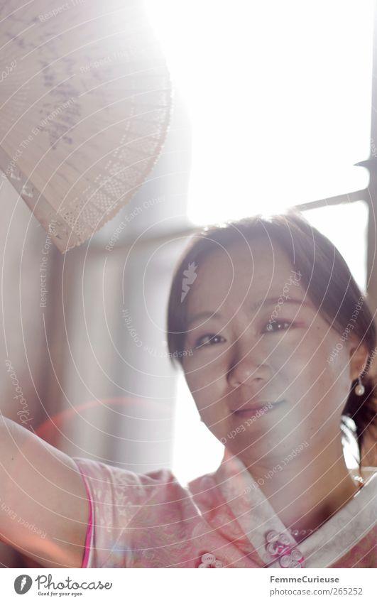Graceful II. Mensch Frau Jugendliche Freude ruhig Erwachsene Bewegung lachen Junge Frau Kopf Autofenster rosa Arme 18-30 Jahre elegant ästhetisch