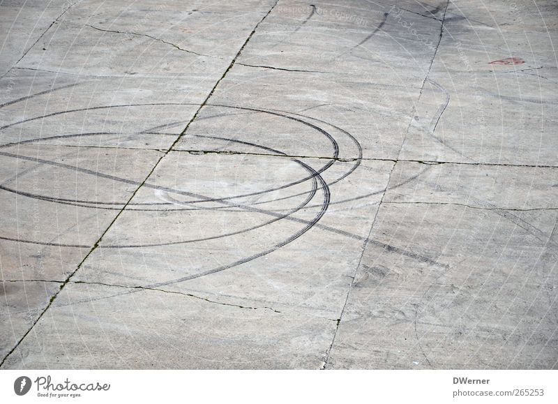 Spuren Beton Linie Streifen grau Gedeckte Farben Außenaufnahme Textfreiraum oben Textfreiraum unten Tag Reifenspuren Betonplatte Rollfeld Menschenleer graphisch
