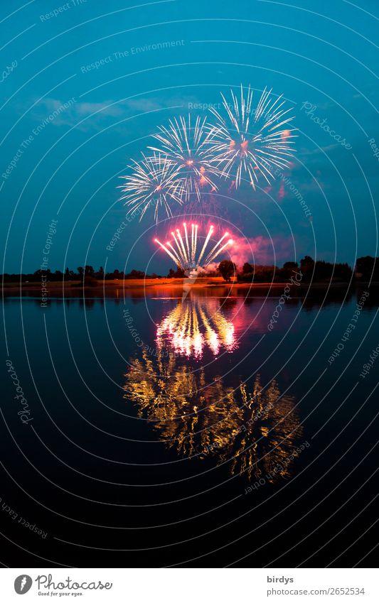 Feierlaune Nachtleben Party Veranstaltung Feuerwerk Landschaft Wasser Nachthimmel Sommer Seeufer Fluss Elbe Feste & Feiern glänzend leuchten ästhetisch