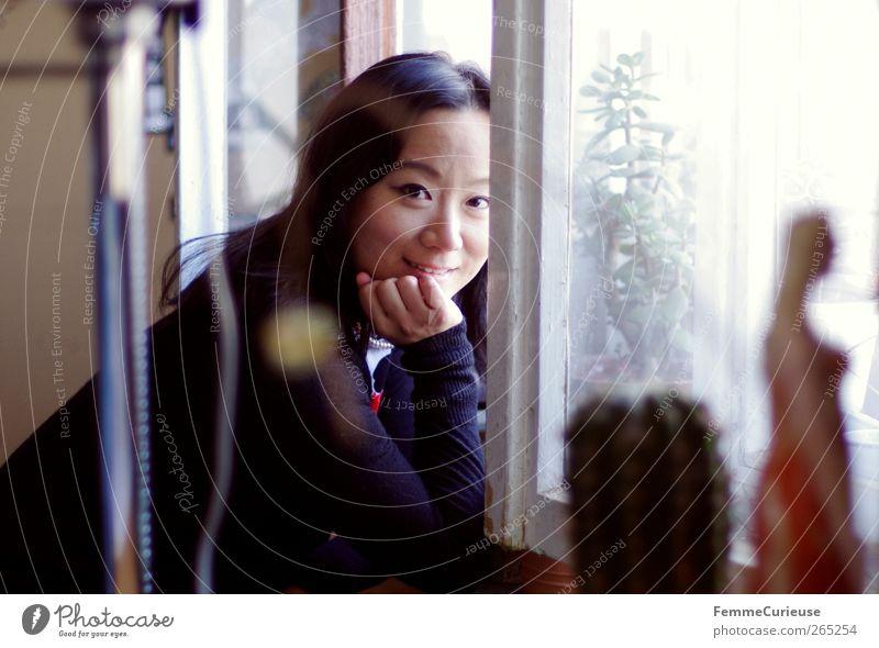 At the window. Frau Jugendliche Hand Erwachsene Erholung lachen Junge Frau Kopf Kunst Autofenster offen Zufriedenheit Kraft 18-30 Jahre Freizeit & Hobby warten