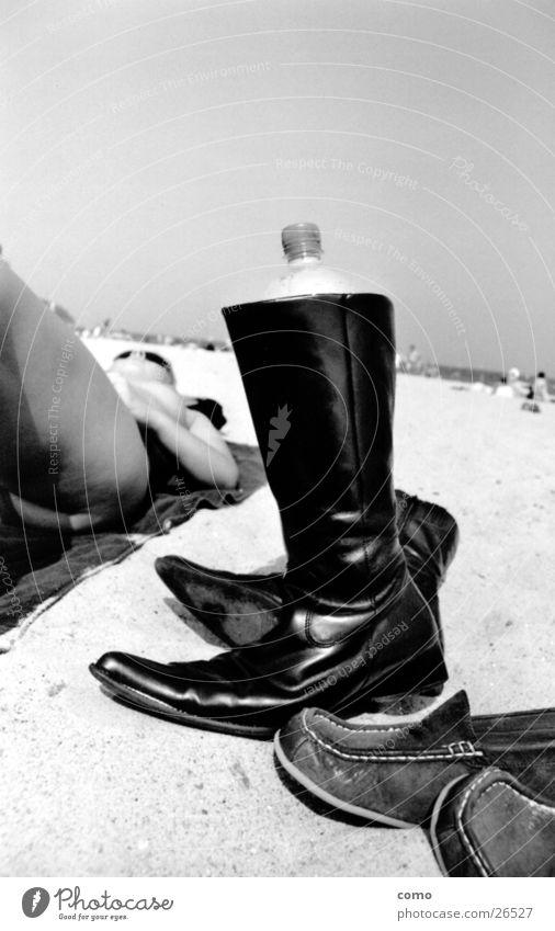 shoe Schuhe Meer Stiefel Physik Frau Sonnenbad schwarz Erholung heiß transpirieren Europa Ostseestrand Wärme Durst Wasser Flasche liegen