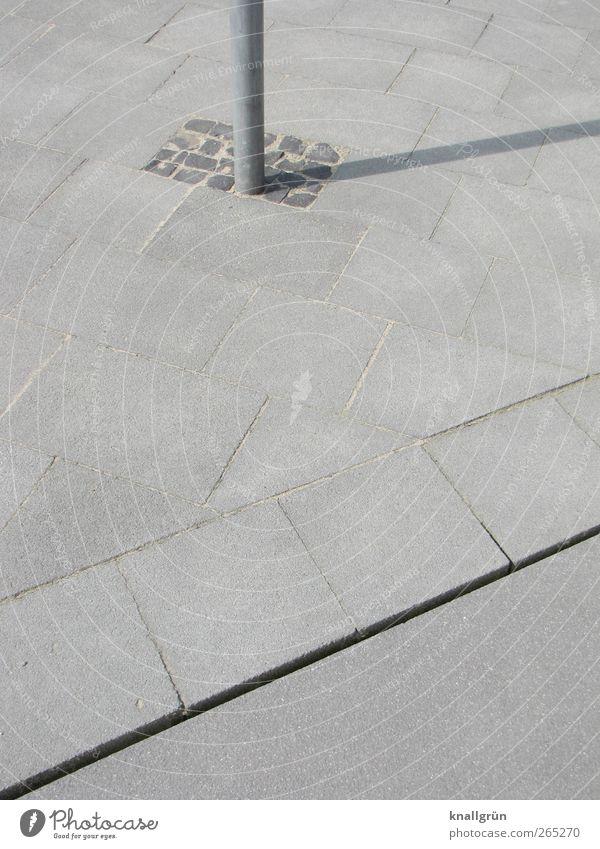 Schattenspender Platz eckig hell grau silber Stadt Laternenpfahl Bürgersteig Bodenplatten Fuge Pflastersteine Farbfoto Gedeckte Farben Außenaufnahme