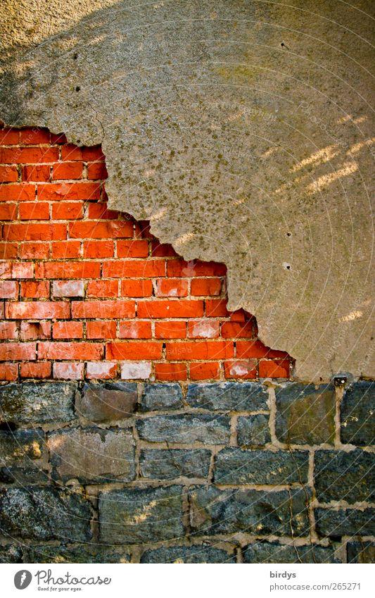 Mauerfarben alt Stadt rot schwarz Wand Mauer Fassade authentisch leuchten Wandel & Veränderung Verfall Putz abblättern Altbau Backsteinwand baufällig