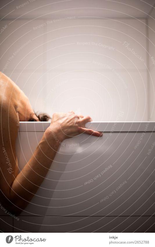 Ohne Titel. Bitte assoziieren Sie frei. Badewanne Frau Erwachsene Mann Leben Rücken Arme Hand Nacken 1 Mensch festhalten authentisch Gefühle Scham Gesundheit