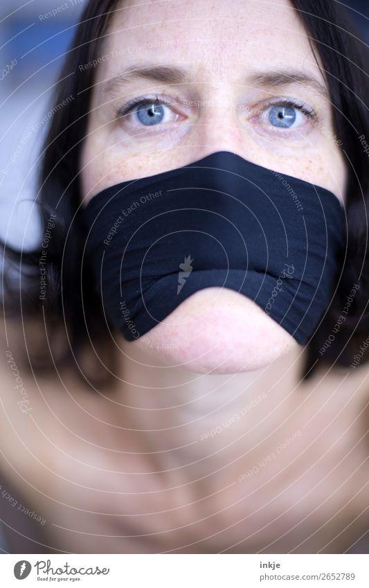 :-I Frau Erwachsene Leben Gesicht Auge Mund 1 Mensch 30-45 Jahre Gefühle Stimmung Tuch Mundschutz Gesichtsausdruck bleich blassblau Grimasse Farbfoto