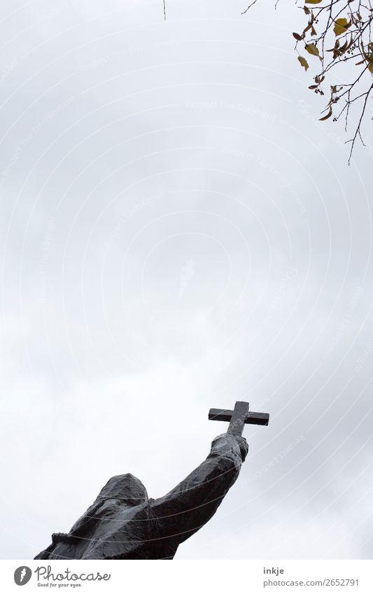 Buchcover Himmel Herbst Winter schlechtes Wetter Ast Zweig Statue Skulptur Kruzifix Kreuz dunkel Glaube Religion & Glaube kalt Dunst Farbfoto Gedeckte Farben
