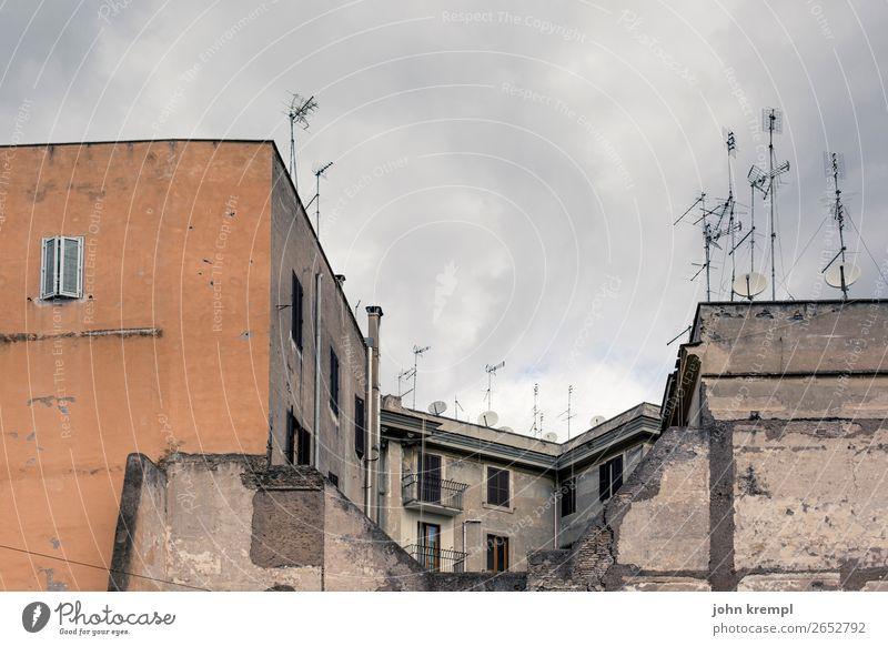 Rom XIII - Die ewige Stadt Italien Haus Hochhaus Bauwerk Gebäude Architektur Mauer Wand Antenne Satellitenantenne alt bedrohlich dunkel eckig hässlich orange