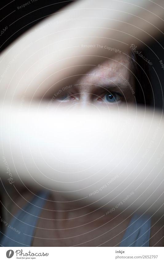 ... Frau Erwachsene Leben Gesicht Auge Arme 1 Mensch 30-45 Jahre bedrohlich dunkel Gefühle Stimmung Angst gefährlich verstört uneinig Aggression Gewalt