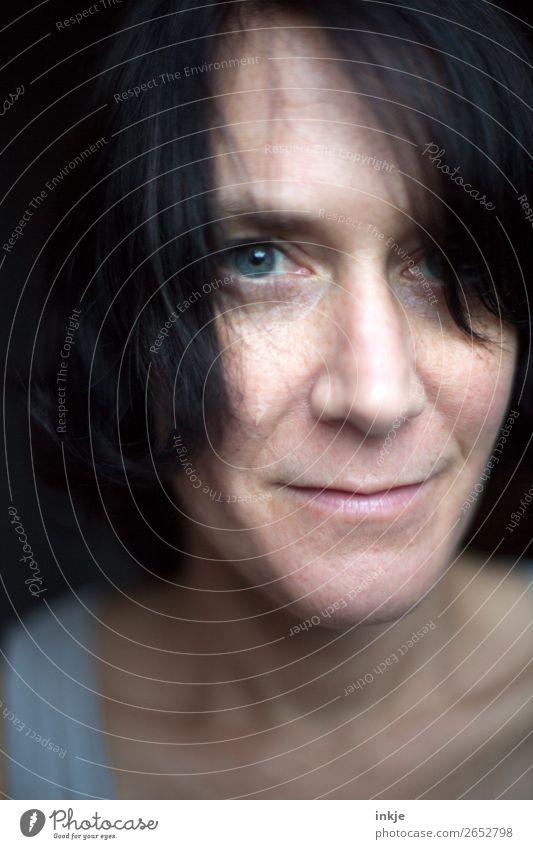 Portrait einer Frau Lifestyle Stil Gesicht Erwachsene Leben 1 Mensch 30-45 Jahre Lächeln authentisch schön natürlich Gefühle Zufriedenheit Sympathie Verschmitzt