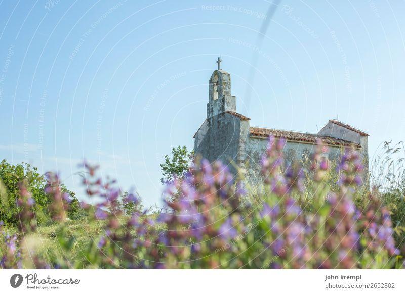 Ich bette mich betend im Kapellenbeet Brsec Religion & Glaube Schwache Tiefenschärfe Textfreiraum oben Kirche Dorf Himmel Mittelmeer Blumenwiese mediterran