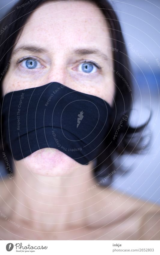 :-x Gesicht Frau Erwachsene Leben Auge blaue augen 1 Mensch 30-45 Jahre authentisch außergewöhnlich Gefühle Stimmung Mundschutz Mundwinkel Gesichtsausdruck Tuch