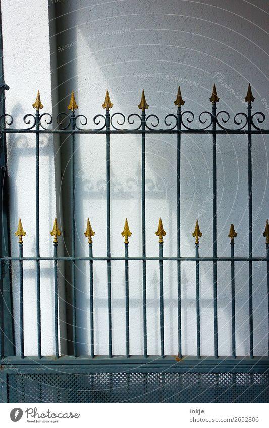 Tor Menschenleer Eisentor Schmiedeeisen Metall Gold Ornament Pfeil Spitze alt historisch stachelig Farbfoto Außenaufnahme Nahaufnahme Tag Licht Schatten