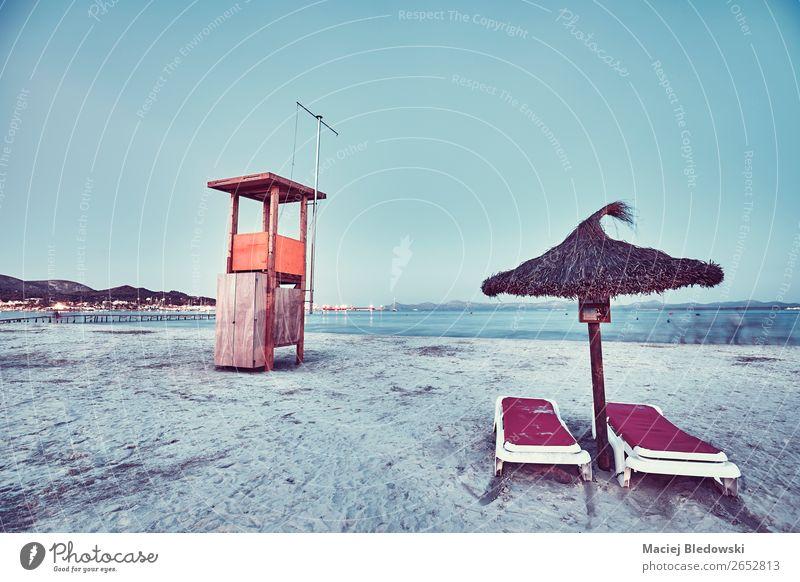 Rettungsschwimmturm an einem Strand in der Abenddämmerung. Lifestyle Freude Ferien & Urlaub & Reisen Sommer Sommerurlaub Meer Sand Himmel Küste dunkel