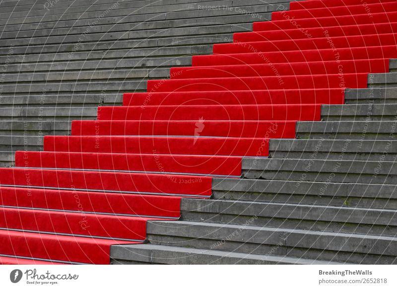 Roter Teppich über Betontreppe Perspektive Design Feste & Feiern Architektur Treppe Stein grau rot steigen Veranstaltung Festakt festlich formal Element