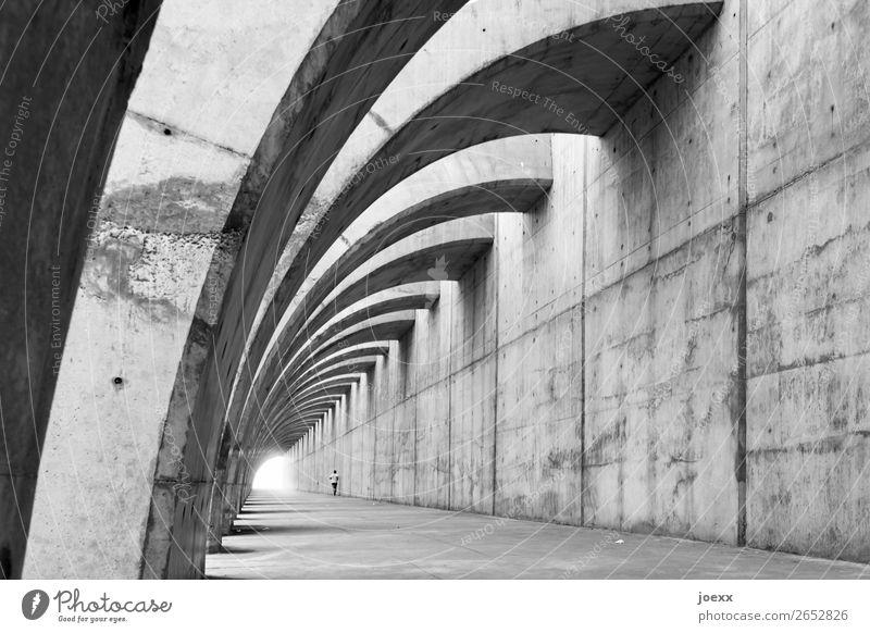 Sicht-Beton Schutzmauer mit geschwungenenen Stütz-Bögen, darin ein Jogger Wand Kontrast Tag Außenaufnahme Gedeckte Farben Mann weiß schwarz grau gigantisch