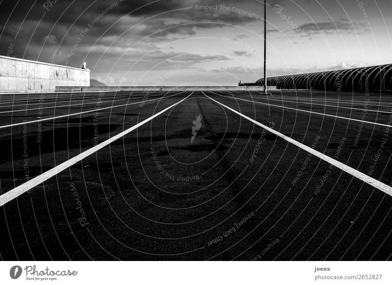 Training Sport Fahrradfahren 1 Mensch Platz Architektur Mauer Wand Beton Schilder & Markierungen Linie Streifen groß schwarz weiß Schwarzweißfoto Außenaufnahme