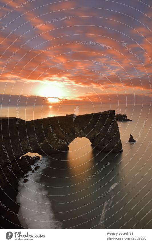 Klippe und Bogen von Dyrhólaey, Island Natur Landschaft Urelemente Erde Luft Wasser Wolkenloser Himmel Horizont Sonnenaufgang Sonnenuntergang Klima Hügel Felsen