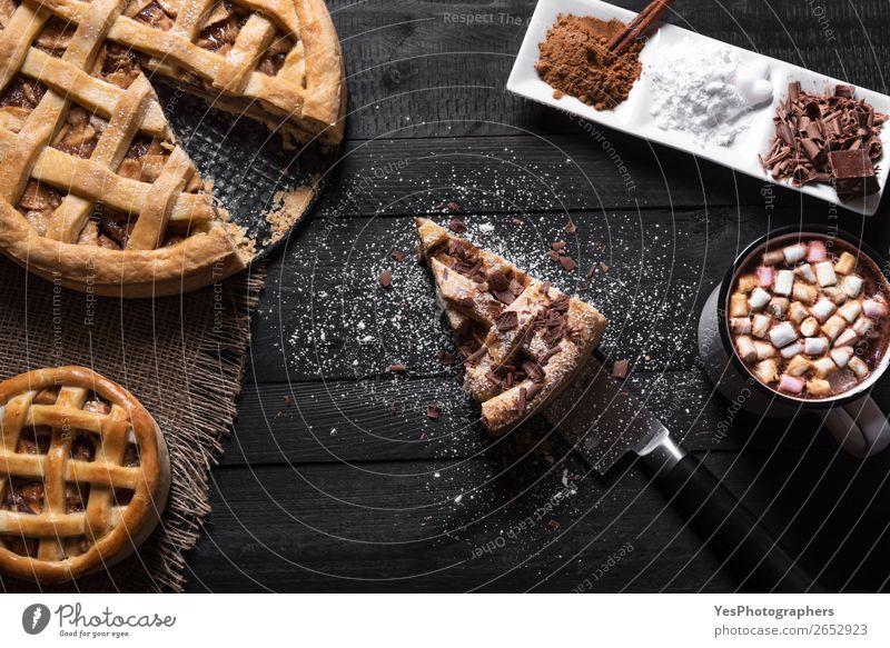 Apfelkuchen mit Scheibe und heißer Schokolade. Kuchen Dessert Süßwaren Kakao Teller Tasse Messer Tisch Küche schwarz Tradition Erntedankfest obere Ansicht