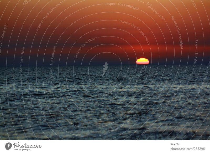 Baltic Sunset Ferien & Urlaub & Reisen Wasser rot Farbe Meer ruhig Landschaft Umwelt Ferne dunkel Gefühle Horizont Stimmung Wellen Romantik Sehnsucht