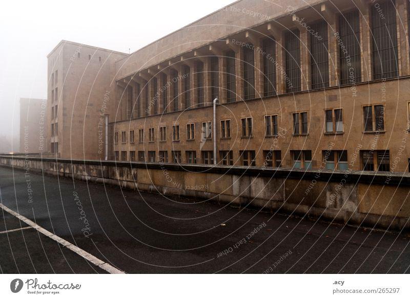tempelhof alt Stadt Wand Architektur Mauer Gebäude Deutschland Fassade Nebel Europa ästhetisch fest Fabrik Vergangenheit Flughafen Industrieanlage
