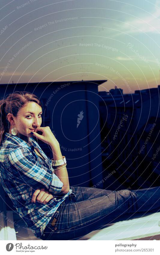 over the roof tops I Mensch feminin Junge Frau Jugendliche Erwachsene Partner Leben 1 18-30 Jahre Himmel Wolken Schönes Wetter sitzen Glück Lebensfreude