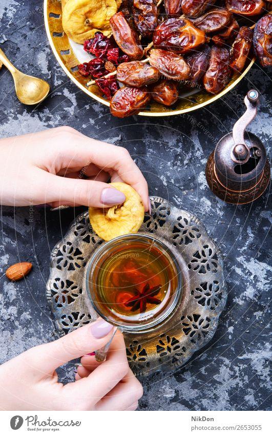 Tasse türkischer Tee Orientalisch Hand trinken Feige Früchte Gesundheit Teekanne Osten heiß Topf Getränk Chinesisch asiatisch Kraut Asien Tisch Östlich arabisch