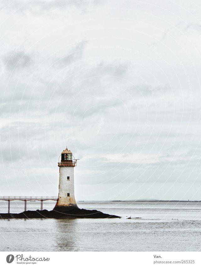Leuchtturm Landschaft Himmel Wolken Felsen Küste Meer Horizont Republik Irland Brücke Turm Bauwerk blau weiß ruhig Einsamkeit Signal Fenster Wasser Farbfoto