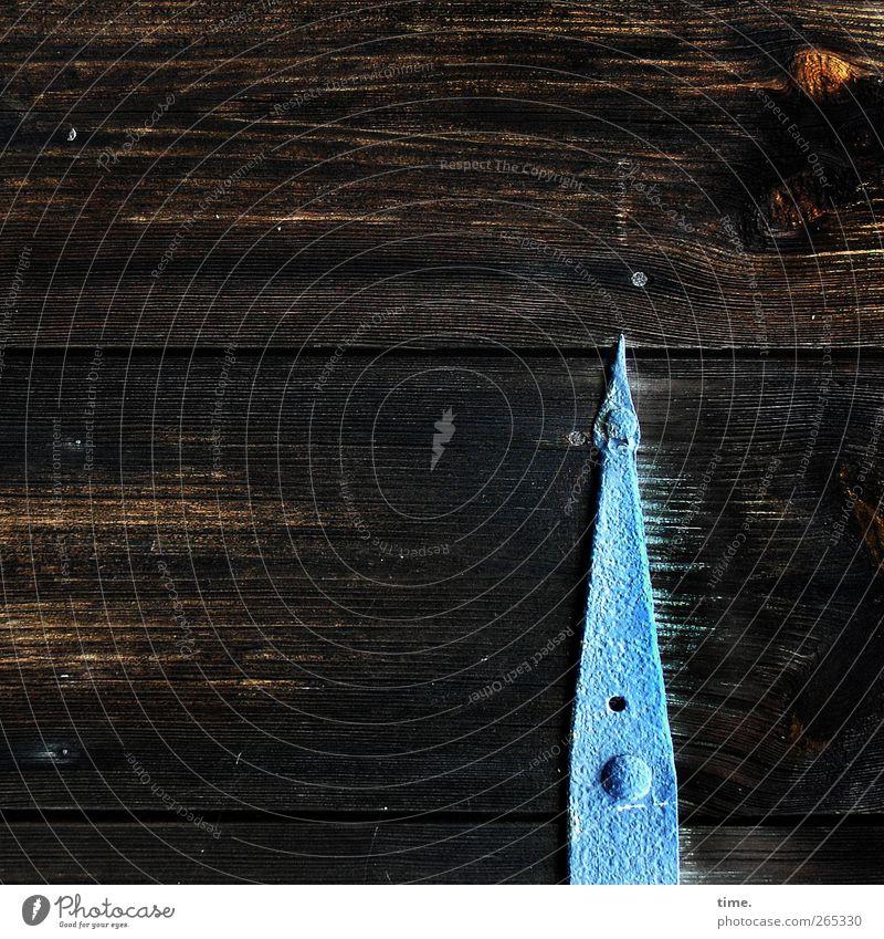 Turm im Sturm Gartenhaus Tor Tür Maserung Nagel Beschläge Metallwaren Holz Ornament alt dunkel eckig Spitze blau braun Abenteuer anstrengen Bewegung Design