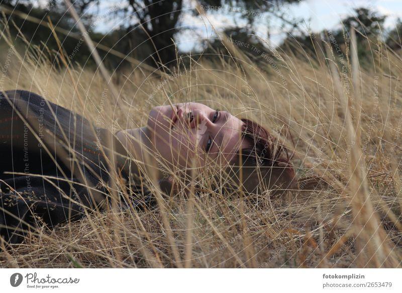 Junge Frau liegt auf einer vertrockneten Sommerwiese feminin Jugendliche Kopf Gesicht 1 beobachten Erholung träumen Traurigkeit natürlich rebellisch schön