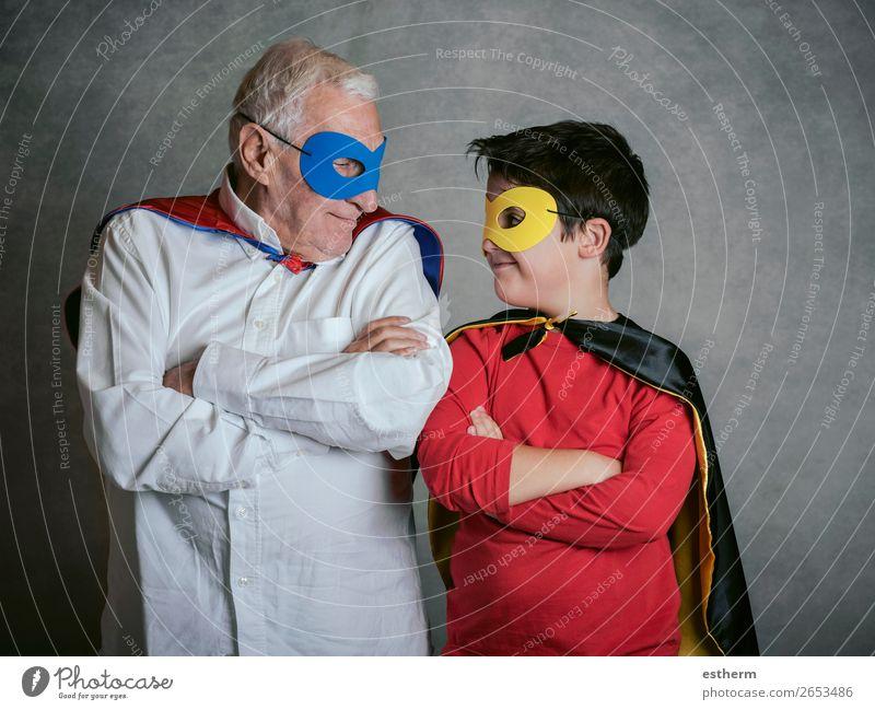 Grossvater mit Enkel als Superheld verkleidet auf grauem Hintergrund Lifestyle Freude Abenteuer Feste & Feiern Karneval Jahrmarkt Ruhestand maskulin Kind
